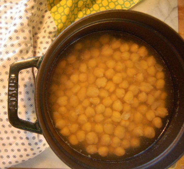 Place chickpeas, vinegar in a medium sized pot